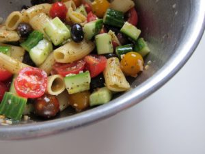 salatka-z-makaronem-i-ogorkiem