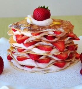 tort-naleśnikowy-z-truskawkami
